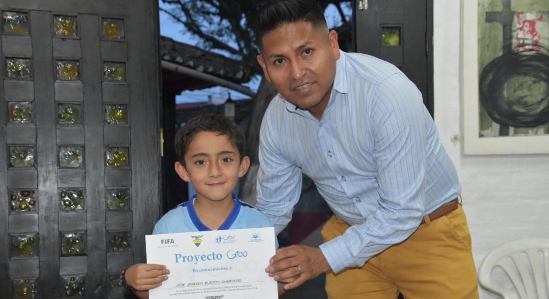 Tnlgo. José Daniel García - Coordinador Deportivo de la Escuela de Fútbol Fénix C.G. y niño José Joaquín Bustos (Sub8)